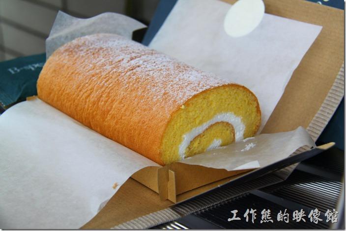 日本-由布院B-SPEAK瑞士捲。打開其整個包裝後,新鮮可口的瑞士捲就出現在面前,金黃色的外皮,黃金色的內層,還捲著奶油,讓人真想一大口咬下去。