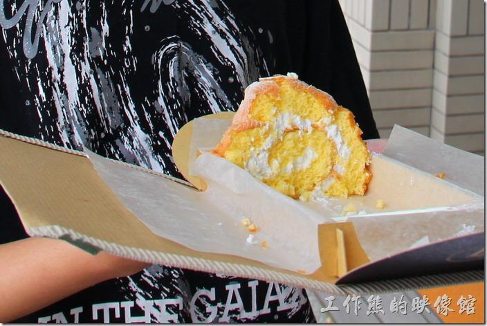日本-由布院B-SPEAK瑞士捲。因為我們一下子就吃光了瑞士捲,兒子捧著這最後僅剩的瑞士捲讓我們拍照。