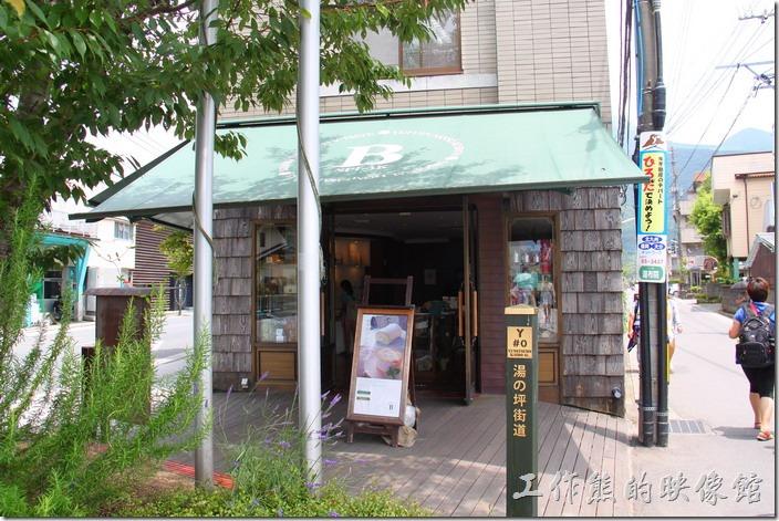 日本-由布院B-SPEAK瑞士捲。吃完瑞士捲之後,由「B-SPEAK」左手邊的小路步行前往我們這次的目的地「金鱗湖」遊玩了,這條路上有更多的特色商店等著大家的發現喔。