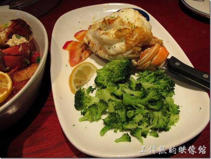 Louisville-RED-lobster。燒烤岩龍蝦尾(Rock Lobster Tail),然後點了花椰菜當配菜,個人覺得這岩龍蝦非常好吃,肉質綿密帶有嚼勁,新鮮沒話說。