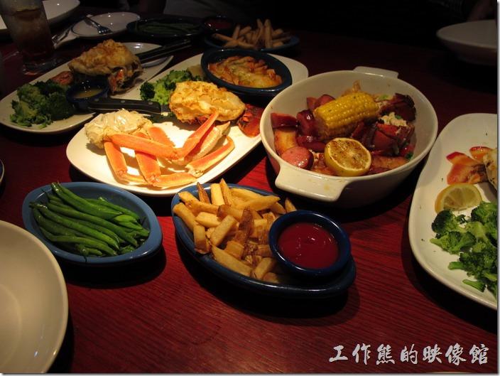 Louisville-RED-lobster。我們這次四個人一行總共給它點了四樣主菜,還是豐盛的一桌海鮮料理,還有薯條,只不過初到美國,實在有點給它日夜顛倒,有點美食當前食不知味,有點可惜了。