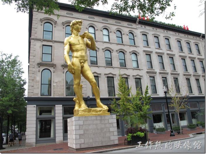 Louisville-other。不曉得這是什麼建築,但是看到沒穿衣服的大衛舊興奮的拍照。