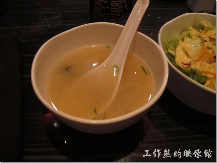 美國-路易斯威爾(Louisville) Sake Blue日本料理。點了綜合壽司之後,這碗味噌湯(Miso soup,定價US$2.0)也是附送的。這味噌湯喝起來就跟王子麵的湯頭一樣。