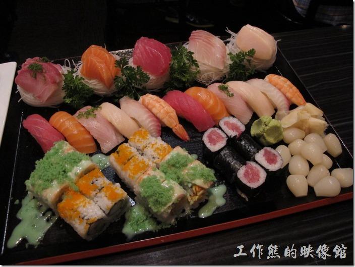 美國-路易斯威爾(Louisville) Sake Blue日本料理。Delux combo綜合壽司,US$60,包含15片生魚片(Sashimi)、12個握壽司(Sushi)、加州卷(California Roll)、鮪魚卷(Tuna Roll)、Crunch Munch roll(Spicy crab topped with cooked shrimp, tempura flakes & wasabi dressing),超豐盛的一盤綜合壽司。