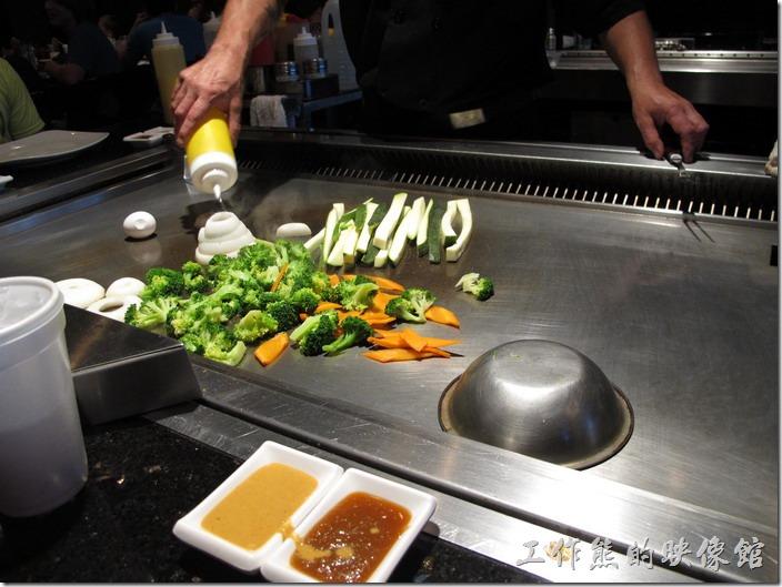 美國-路易斯威爾(Louisville) Sake Blue日本料理。鐵板燒的第一道菜色是炒青菜,有洋蔥、花椰菜、紅蘿蔔、黃瓜。