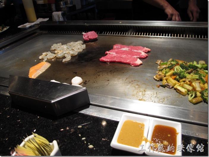 美國-路易斯威爾(Louisville) Sake Blue日本料理。接下來是主菜上場了,蝦子、菲力、鮭魚、干貝…等依據每個人的點菜而有不同的主菜。