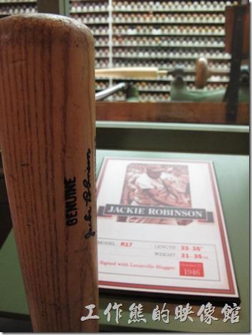 Louisville-slugger。Louisville Slugger博物館的走廊上懸掛著各個棒球對得旗幟,喜愛棒球的朋友應該熱血沸騰,這裡也有一些棒球明星的專屬球棒可以讓遊客親自體驗其重量級揮棒的感覺。