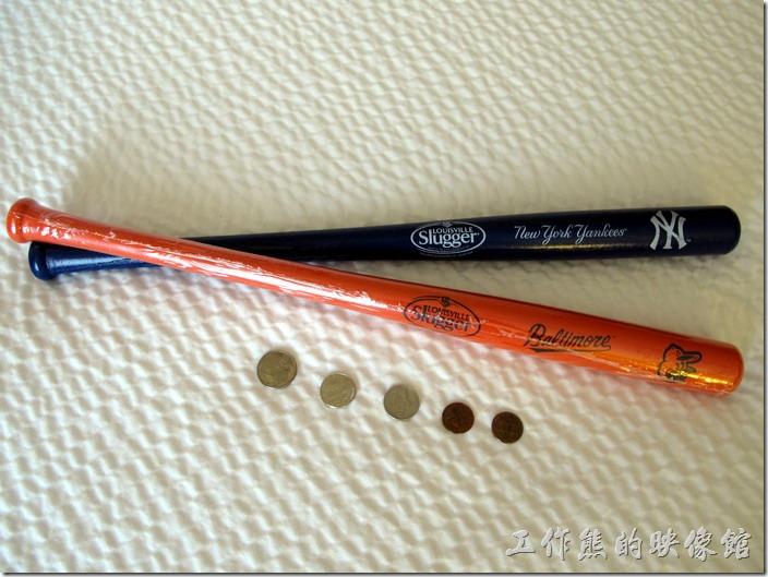 Louisville-slugger。這迷你球棒真的不大,長度大概是45.5公分,最大直徑大概3.2公分,我把它與美元硬幣放在一起做個比較,您大概就可以知道其大小了。