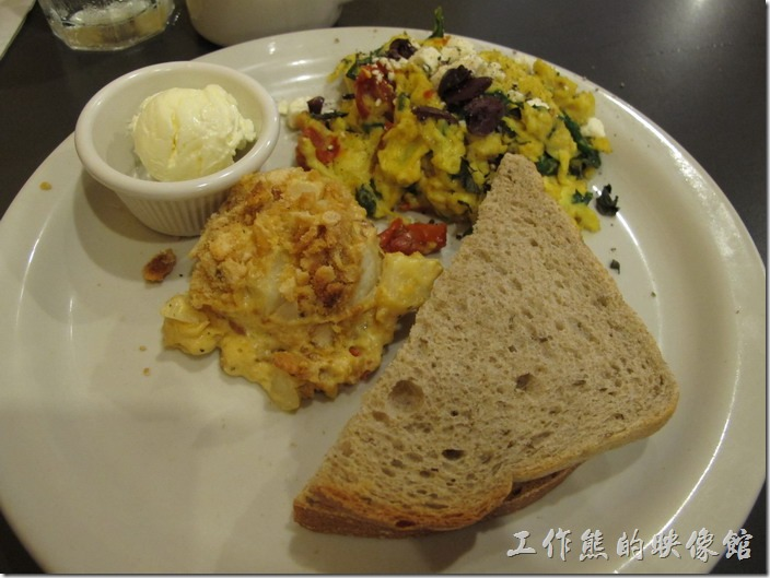Louisville(路易斯維爾)Toast-on-market早午餐。這個是我點的Special breakfast (Greek Scramble),全麥麵包(Wheat )附一球鹹奶油要另外付費,特餐包含有炒蛋(scramble)一份及焗烤馬鈴薯餅(hashbrown casserole)。這口感不能說難吃,只能說吃不習慣吧!尤其是炒蛋內還有醃橄欖(olives)。