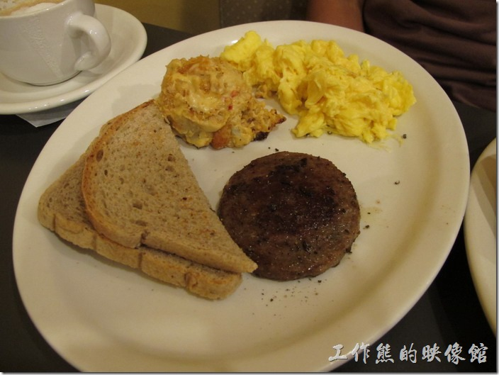 Louisville(路易斯維爾)Toast-on-market早午餐。這是另一位同事點的 Cliffie's plate,炒蛋就正常多了,還有特選漢堡肉以及一份焗烤馬鈴薯餅(hashbrown casserole),Hash brown裏頭還可以選擇加香腸(sausage)或是火腿 (ham)。Cliffie's Plate - For the hearty appetite - eggs, choice of meat, hasbrown casserole or fruit, toast and two buttermilk pancakes. US$9.50,炒雞蛋,特選肉,焗烤馬鈴薯或水果,麵包和兩個酪乳薄烤餅。