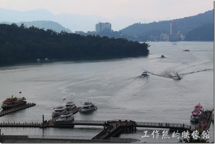 從南投日月潭-映涵飯店星空景觀餐廳可以看到許多渡輪及遊艇進出的熱鬧景色。