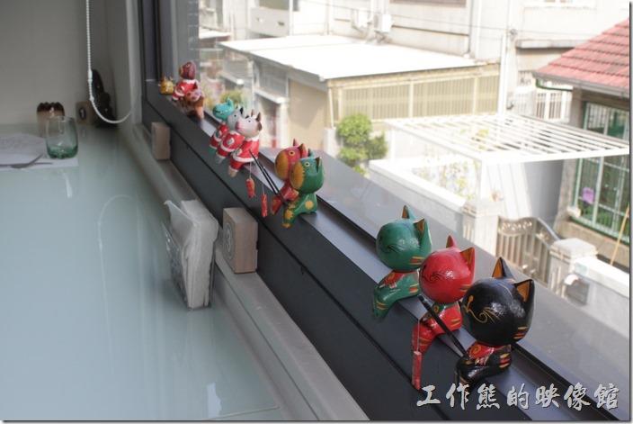 二樓的靠窗吧檯上還坐著好幾隻小貓咪,有的還在釣魚,好可愛!