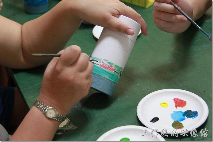 台中日月潭-和菓森林揉茶。如果不知道如何下筆的朋友,可以依照茶葉罐上已經化好的圖案來著色,或是自由發揮。