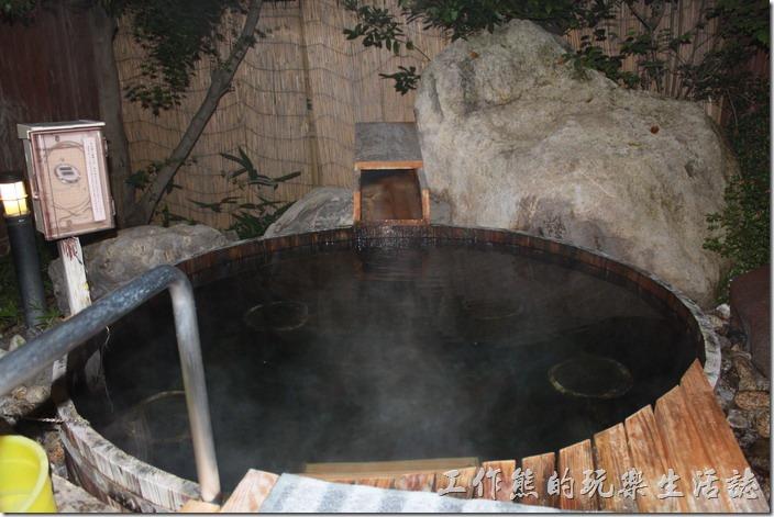 日本北九州-由布院-彩岳館-露天家庭湯屋。雖然湯屋屬於家庭池,但泡湯的時候還是可以聽到隔壁湯屋的聲音,因為紙隔著圍籬,所以不建議在這裡作什麼不當的活動,免得引起側目。