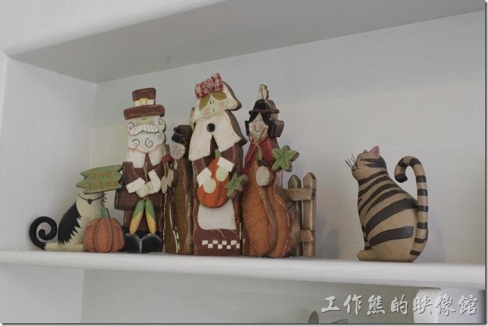台南-左右咖啡蔬食。二樓壁櫃上的裝飾品!