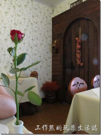台南洋蔥咖哩工房餐廳內的大門有檯舊式的手搖電話機。