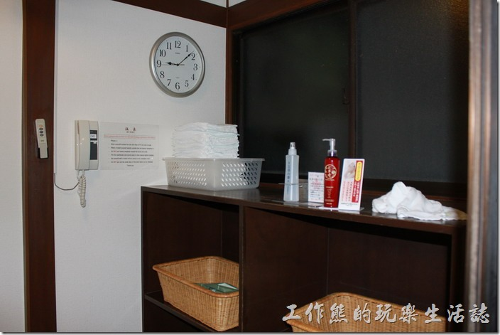 日本北九州-由布院-彩岳館-露天家庭湯屋。湯屋內有時鐘可以讓客人知道自己泡了多久,也有電話,萬一有什麼緊急事情需要幫助。