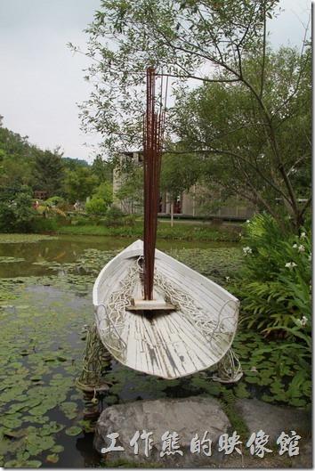 南投日月潭-紙教堂。搖晃的記憶,顫動的頻率。丁芳池前有艄只有半截的小船,這艄船絕對不是紙做的,其目的是為了讓遊客可以體驗一下地震搖晃的感覺,但個人覺得太危險了,尤其旁邊又是水池。