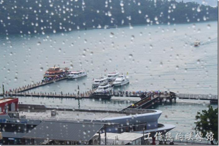 這時候外邊開始下起了傾盤大雨,就見遊客到處逃竄,還好我們都已經在餐廳就定為了。