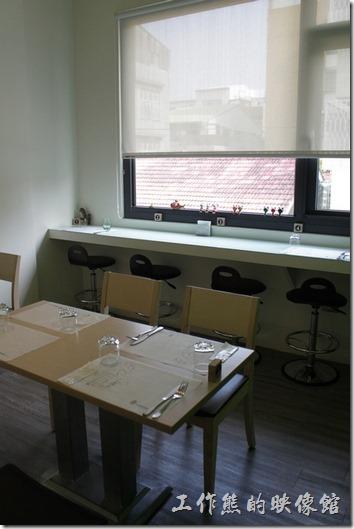 【左右咖啡蔬食】二樓的環境佈置讓人感覺鰻舒服的,一邊有大片的透明玻璃,但是比較熱。另一邊雖然沒有窗戶,但是不會曬到太陽所以比較不會熱。