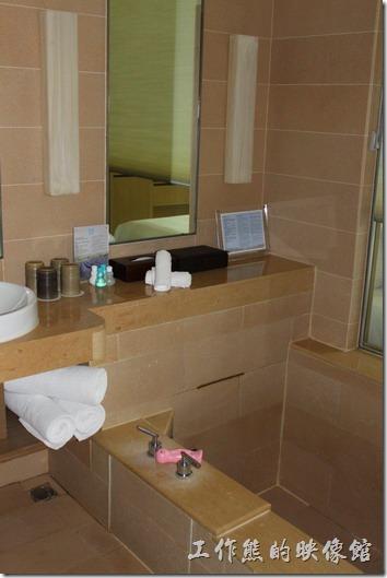 南投日月潭-雲品酒店。浴缸邊上還有一隻粉紅色的可愛溫度計,讓你泡湯量水溫,只要把浴缸旁的羅馬連拉上,就可以一ㄅ泡澡一邊看電視了,也算是一種享受吧。