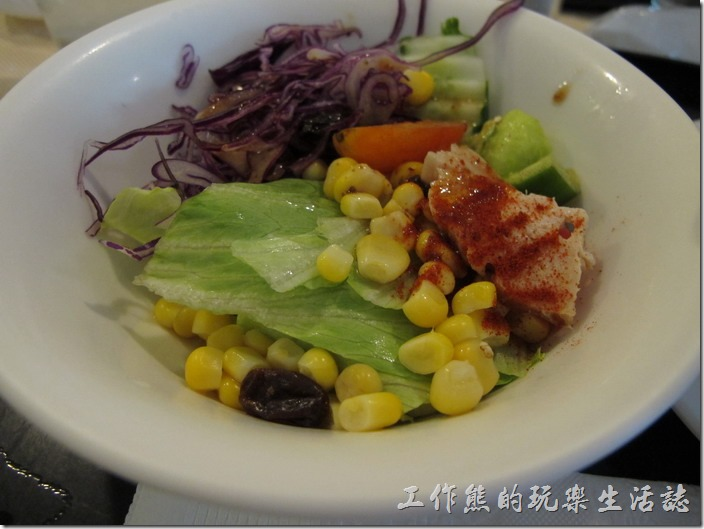 台南-洋蔥咖哩工房。套餐《沙拉》,沙拉的感覺還不錯,食材也很新鮮,上頭還有一小片雞肉,灑了一些紅色的粉末,吃不出來是什麼,使用油醋醬汁。