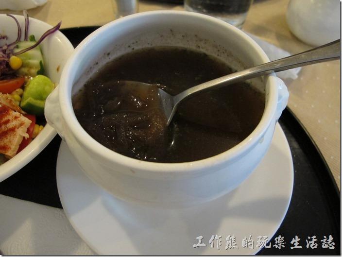 台南-洋蔥咖哩工房。套餐《洋蔥湯》,老實說一開始我不太清楚是什麼湯,撈起來後才發現是洋蔥,不過煮成黑黑的怪嚇人的,而且裡面就只有這一百零一種洋蔥,沒有其他,這洋蔥湯使用炒過的洋蔥熬煮出來,喝起來還不錯,沒有生洋蔥的辛辣感,反而有點甜中帶鹹的口感。