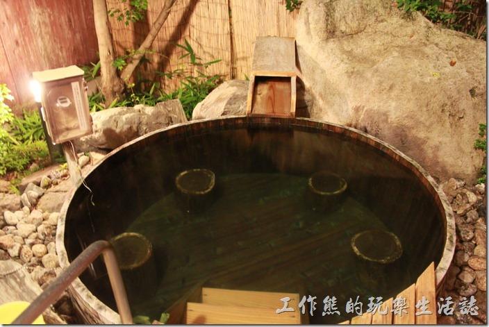 日本北九州-由布院-彩岳館-露天家庭湯屋。進去大湯泡溫泉了,露天的耶!在夏天都覺得有點涼,冬天來泡湯雖然很舒服,應該也很痛苦吧!