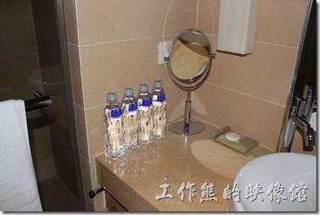 南投日月潭-雲品酒店。浴室的洗手台上有四瓶飲用水,當然也是免費的。刷牙用的盥洗杯也是陶瓷作品,記得小心取放,免得不小新滑手,一個高級的杯子就報銷了。