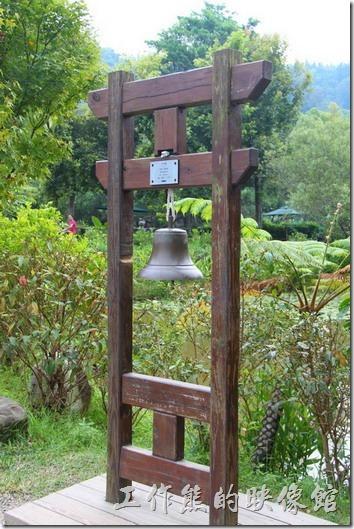 平安鐘。紙教堂的前面有座平安鐘,藉著鐘聲可以撫慰人們的心靈。