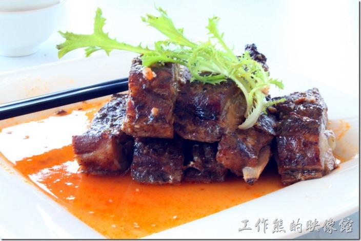 南投日月潭-映涵飯店景觀餐廳。滷豬肋排。剛端上桌的時候讓人覺得這菜也太豐盛了,可是吃了之後味道確沒有讓人很驚艷,還有一種油膩感。