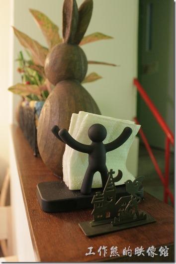台南-左右咖啡蔬食。樓梯圍欄上的小人紙巾夾。