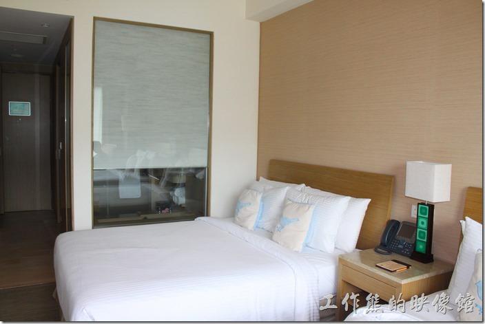 南投日月潭-雲品酒店。浴室的羅馬窗簾拉起來之後,可以透過玻璃直接從泡澡的浴缸觀看電視,但裡面的人也會被看光光,適合夫妻或是情侶的舉動。