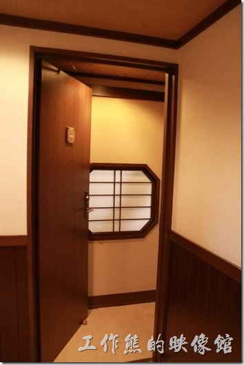 日本北九州-由布院-彩岳館。這日本和室房因為使用了很多的拉門,說真的有點像迷宮,進門的時候還得轉來轉去的才能進到最裡面。