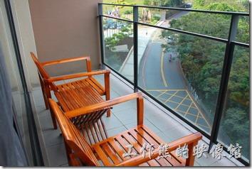 南投日月潭-雲品酒店。房間的外面還有涼椅可以乘涼,沒有美麗的湖景,看看來往的車輛也好。