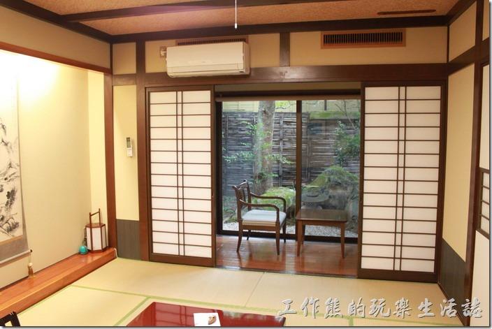 日本北九州-由布院-彩岳館。拉開和室的木門,外面還有個獨立的小庭院,可以跟老婆作在這裡喝茶聊是非。