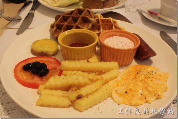 台南-左右咖啡蔬食。這炒蛋建議可以晚點作,因為端上桌的時候已經冷掉不好吃,如果可以的話,餐盤可以加點溫度,可以保持食物的熱度,讓客人吃到熱騰騰的食物。