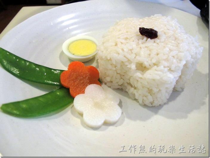 台南-洋蔥咖哩工房。椰汁雞肉咖哩飯,米飯還特別壓出梅花的形狀,旁邊搭配著紅(蘿蔔)白梅花各一朵,還有綠色的豌豆點綴出一幅意象的美景,又再一次感覺稍帶點日式禪意的精神。
