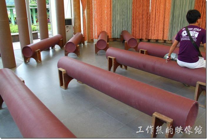 南投紙教堂紙管作成的椅子。