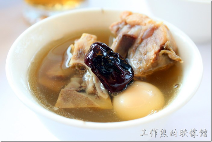 南投日月潭-映涵飯店景觀餐廳。藥膳排骨湯。這湯頭還不錯,沒有很重的中藥味,光看湯頭的顏色應該就知道。