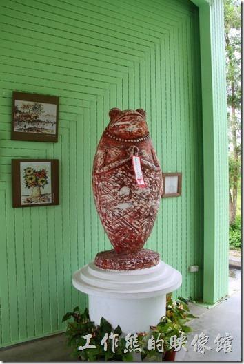 祈福蛙,南投經歷921地震後,青蛙躍升為桃米人的老闆,是社區轉型與價值轉變的象徵。再生牆上藝術家張家銘所創作的「祈福蛙」,宛如自然之母的化身,是人類的終極依託,隨時給予識或不識的朋友祝福。