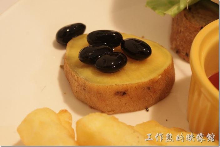 台南-左右咖啡蔬食。地瓜上面放上蜜過的黑豆,可以當成甜點享用。