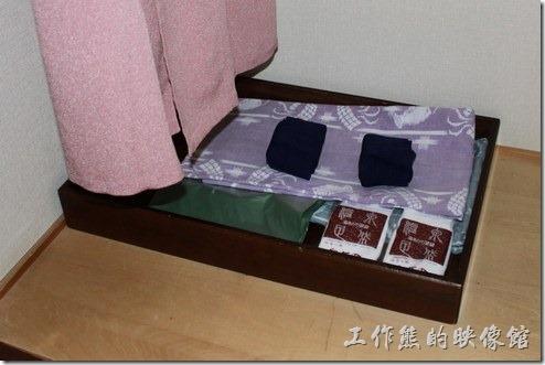日本北九州-由布院-彩岳館。就因為這裡的溫泉飯店,所以浴衣是一定要的啦!還有襪子耶!擔心客人著涼,甚至還有保暖背心,真是貼心。