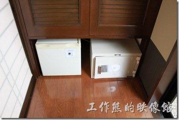 日本北九州-由布院-彩岳館。客房內另外也有電冰箱、保險箱、電視機、熱水瓶…等設備。