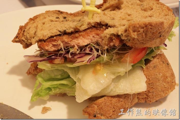台南-左右咖啡蔬食。吃了幾口後才發現這漢堡肉原來是「素火腿(Ham)」,因為經常在丈母娘家吃到。