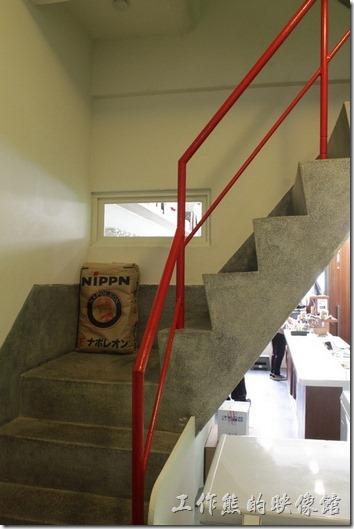 台南-左右咖啡蔬食。磨石子的且陡峭的樓梯,爬樓梯小心。