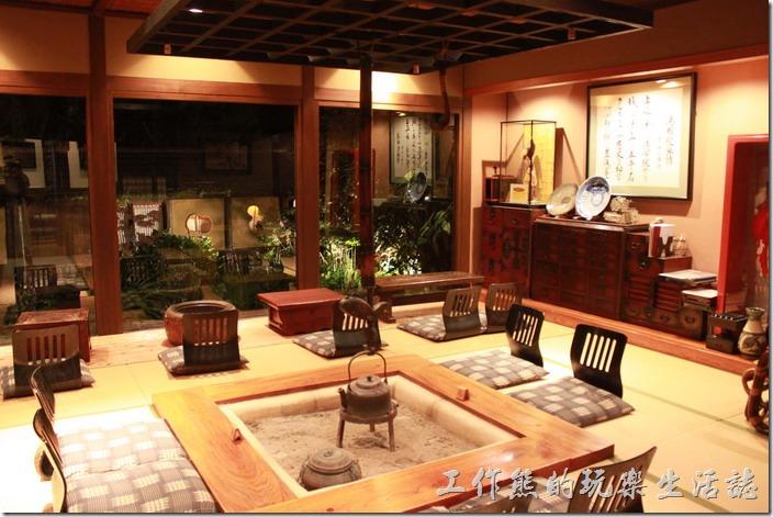 日本北九州-由布院-彩岳館-露天家庭湯屋。休息室的正中央有個可以泡茶取暖的地方。