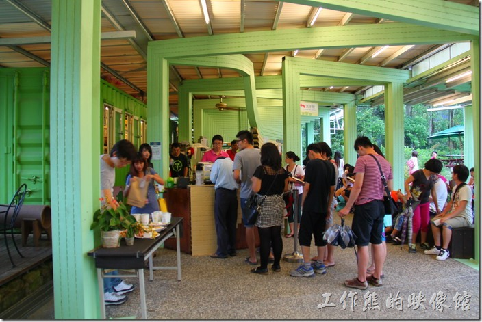 南投日月潭-紙教堂。一堆人排隊等著用入場卷兌換食物。