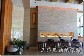 南投日月潭-雲品酒店。飯店的接待大廳與其擺設藝術品。