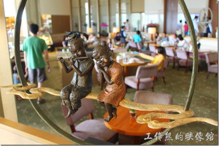 南投日月潭-雲品酒店。飯店的公共區域擺放了很多具有童趣的藝術品,這些藝術品也可以在其飯店的商店內買到同一個藝術家的作品,展覽兼販賣,真的很會算。